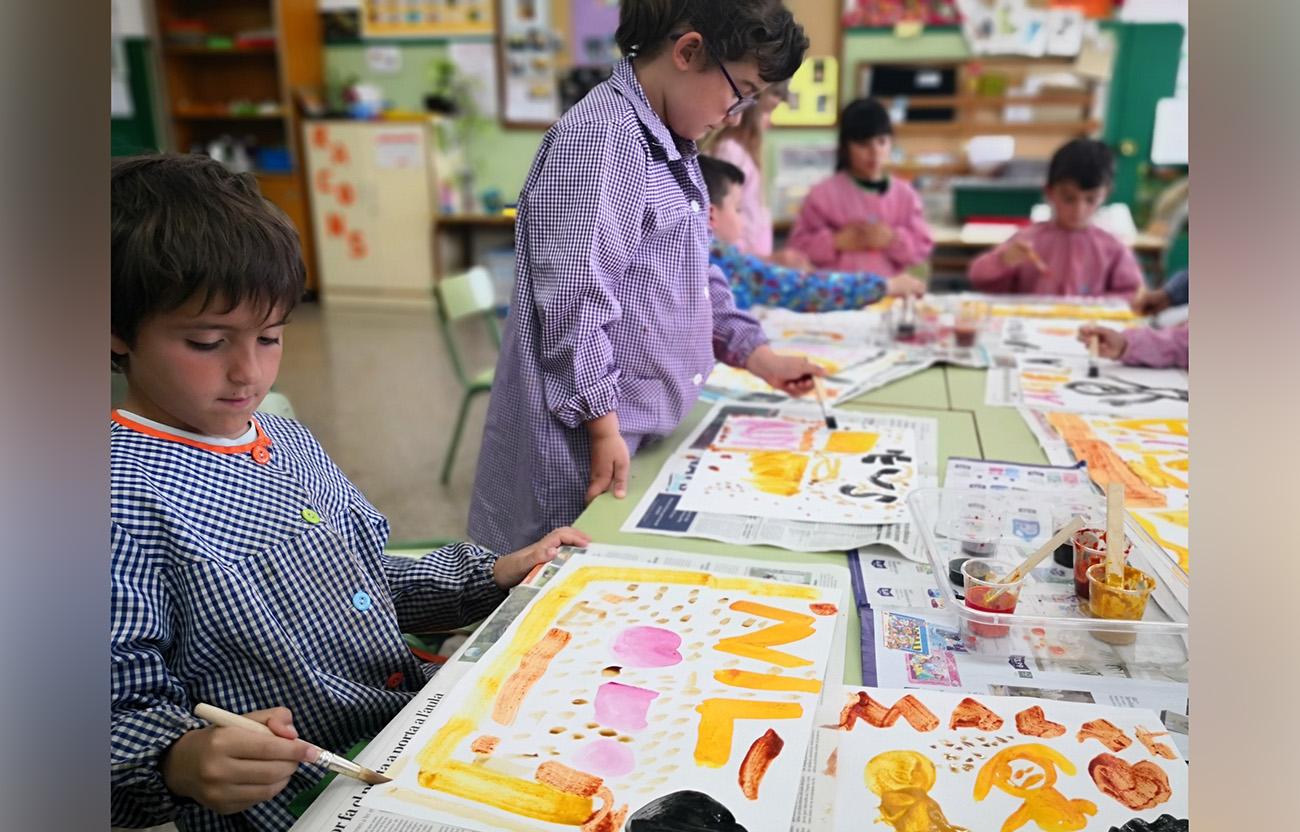 nens pintant i experimentant amb pigments alimentaris