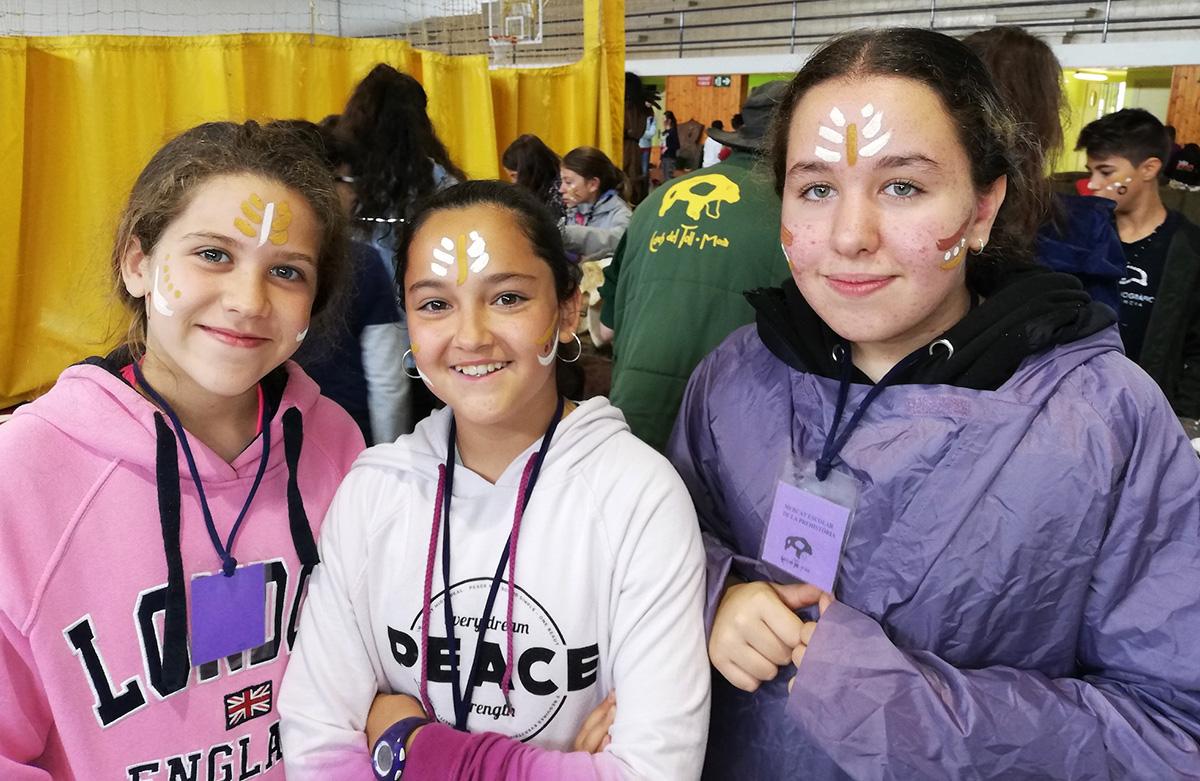 Nenes amb maquillatge prehistòric a la cara, tot visitant les Coves del Toll