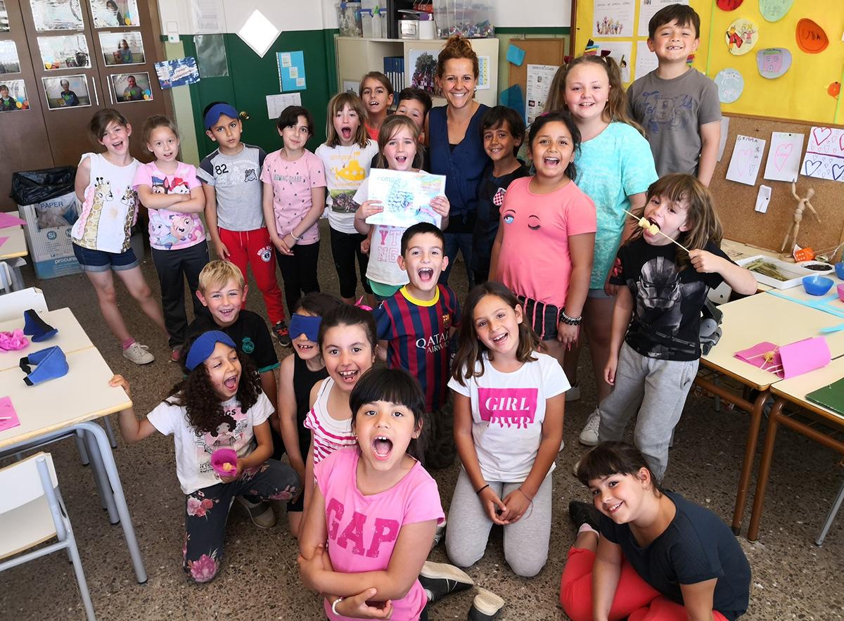 grup fent activitat de matemàtiques amb fruita a l'escola